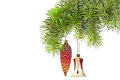 Conos y alarma rojos de la Navidad en árbol del Año Nuevo Imagenes de archivo