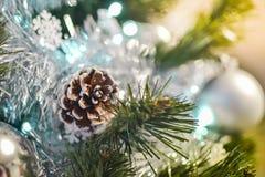 Conos y bolas de la plata en el árbol de navidad Fotografía de archivo