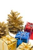 Conos y regalos del pino Imagen de archivo