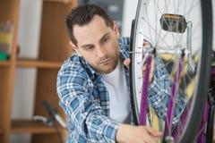 Conoscere il difetto del ` s della bici fotografia stock