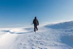Conquérant des crêtes, escaladant une montagne neigeuse Image stock