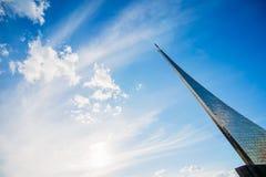 Conquérants de monument de l'espace avec un beau ciel bleu La Russie, Images libres de droits
