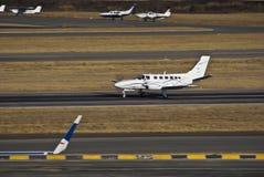 Conquête II de Cessna 441 dans le passage de décollage Image libre de droits