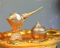 Conque d'or dans le plateau d'or Photo stock