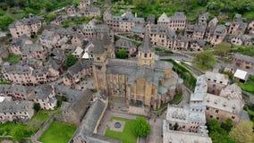 Conques: stad en abdij-kerk van sainte-Foy, zuidelijk Frankrijk stock videobeelden