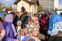 Consécration des gâteaux et des oeufs de Pâques Photographie stock