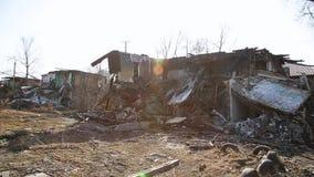Conséquences de la catastrophe Maisons en bois ruinées banque de vidéos