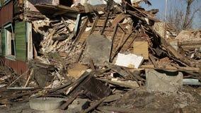Conséquences de la catastrophe Maisons en bois ruinées clips vidéos