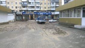 Conséquences du déluge le plus fort dans la ville de Novorossiysk Émeute des éléments Dépôts de boue sur les rues Images stock