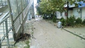 Conséquences du déluge le plus fort dans la ville de Novorossiysk Émeute des éléments Dépôts de boue sur les rues Photos stock