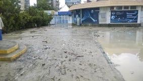 Conséquences du déluge le plus fort dans la ville de Novorossiysk Émeute des éléments Dépôts de boue sur les rues Photo libre de droits