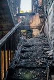 Conséquences du feu dans la maison de rapport Intérieur brûlé Escalier en bois brûlé Photographie stock libre de droits