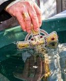 Consacrazione dell'acqua durante l'epifania di celebrazione in Uzh Fotografia Stock