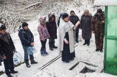 A consagração do nascente de água no feriado cristão do batismo na região de Kaluga de Rússia fotografia de stock