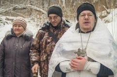 A consagração do nascente de água no feriado cristão do batismo na região de Kaluga de Rússia imagem de stock