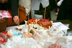 Consagração tradicional de bolos e de ovos festivos na Páscoa na igreja ortodoxa Fotografia de Stock