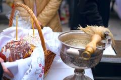 Consagração tradicional de bolos e de ovos festivos na Páscoa na igreja ortodoxa Imagem de Stock