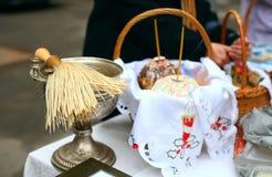 Consagração tradicional de bolos e de ovos festivos na Páscoa na igreja ortodoxa Fotos de Stock