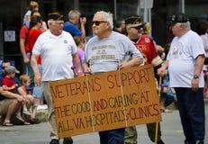 Conscientização do apoio do hospital do VA na parada Imagens de Stock