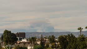 Consecuencias de los fuegos de Los Ángeles vistos del San Fernando Valley fotografía de archivo libre de regalías