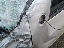 Consecuencias de un accidente de tráfico Coche herido imágenes de archivo libres de regalías