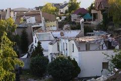 Consecuencias de un derrumbamiento en un cuarto residencial costoso en la playa fotos de archivo