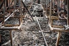 Consecuencias de un fuego en el autobús, accidente Asientos de pasajero chamuscados, piso dañado, negrura alrededor, dentro imágenes de archivo libres de regalías