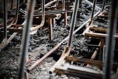 Consecuencias de un fuego en el autobús, accidente Asientos de pasajero chamuscados, piso dañado, negrura alrededor, dentro imagen de archivo