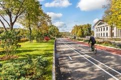 Consecutivamente, trilhas da bicicleta e do rolo perto dos esportes Luzhn complexo imagens de stock royalty free
