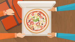Consegna della pizza nel paese Fotografie Stock Libere da Diritti