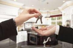 Consegna delle chiavi della casa nuova dentro la bella casa immagini stock
