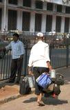 Consegna di Dabbawala alla stazione ferroviaria di Churchgate Fotografie Stock