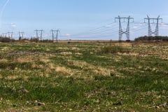 consegna di elettricità ai consumatori Linea elettrica ad alta tensione Fotografia Stock Libera da Diritti