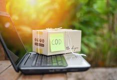Consegna di spedizione di commercio elettronico del computer portatile del contrassegno che comperano online e concetto di ordine fotografia stock