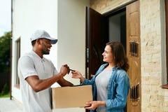 Consegna a domicilio Cliente di Delivering Package To del corriere fotografia stock libera da diritti