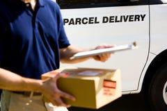 Consegna: Fuoco sul segno di consegna su Van Immagini Stock Libere da Diritti