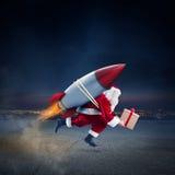 Consegna veloce dei regali di Natale pronti a volare con un razzo fotografia stock libera da diritti