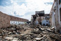 Conseguenze di guerra o di terremoto o uragano o l'altro disastro naturale, costruzioni rovinate rotte, pillole di immondizia con fotografia stock libera da diritti