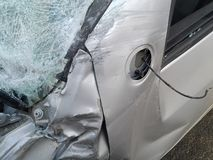 Conseguenze di un incidente stradale Automobile danneggiata immagini stock libere da diritti