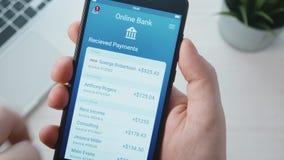 Conseguir el pago en el app bancario almacen de metraje de vídeo