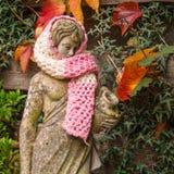 Conseguir frío, escultura del jardín en una bufanda de lana Fotos de archivo libres de regalías