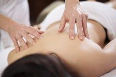 Conseguir un masaje trasero en un balneario Fotos de archivo libres de regalías