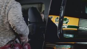 Conseguir un taxi en Tokio almacen de video