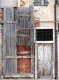 Conseil abandonné vers le haut de maison abandonnée avec la porte et le decayi padlocked Photographie stock libre de droits