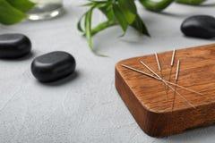 Conseil avec des aiguilles pour l'acuponcture image libre de droits