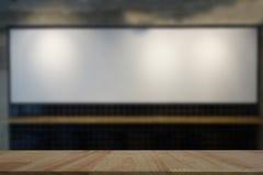 Conseil blanc brouillé dans le restaurant avec le dessus de table Images libres de droits