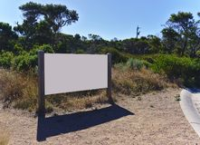 Conseil blanc vide vide en parc photos stock