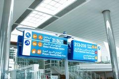 Conseil bleu de l'information à l'aéroport de Dubaï Photographie stock