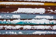 Conseil coloré couvert de neige Photographie stock