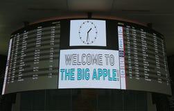 Conseil d'arrivée à l'intérieur de du terminal 4 de ligne aérienne de delta à l'aéroport international de JFK à New York Photographie stock libre de droits